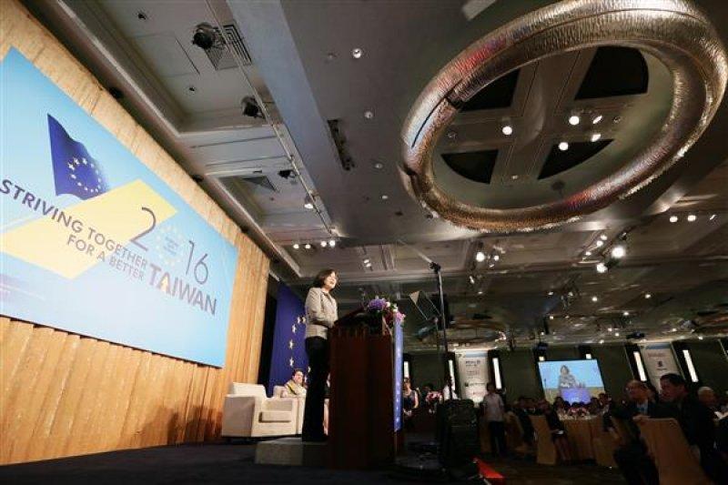 總統蔡英文出席18日歐洲在台商務協會舉辦的歐洲日晚宴,她在致詞時指出,出席晚宴的人數比去年多,「這是證明我受歡迎的方式」。(總統府提供)