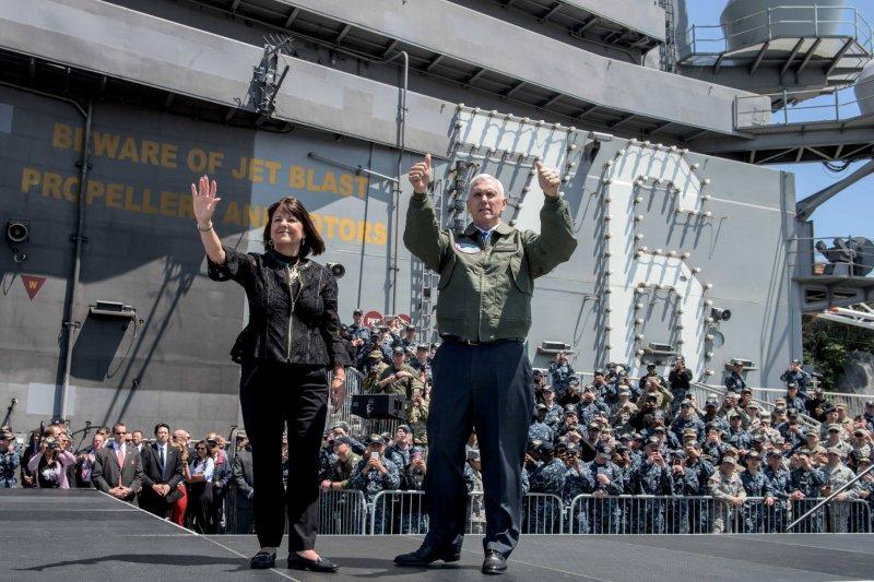 美國副總統彭斯與夫人日前登上雷根號(USS Ronald Reagan)航空母艦(雷根號臉書)