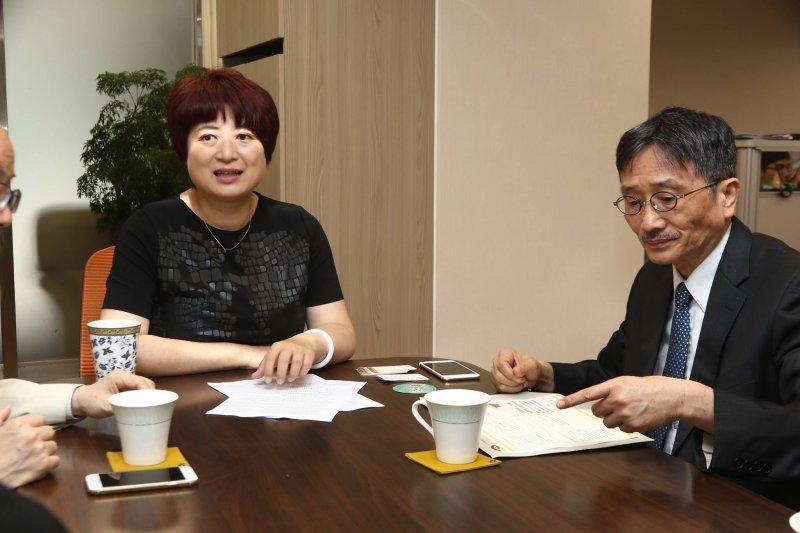 從媒體素養教育開始不但是健全公民社會的基礎,更是讓台灣的政黨政治邁向攜手合作的第一步。民進黨立委蔡培慧(左起)、媒體董事長賴鼎銘。(財團法人台灣媒體觀察教育基金會提供)