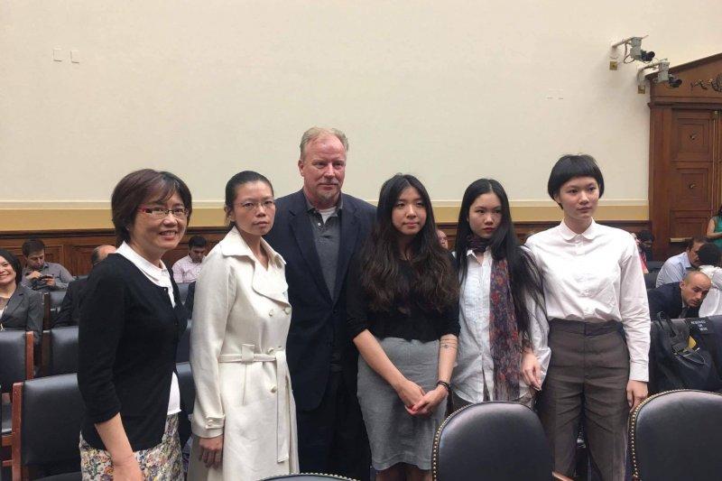 20170519-李明哲妻子李凈瑜(左二)此次到美國的聽證會,由施明德的2位女兒施蜜娜(右二)與施笳(右一)擔任翻譯。(取自台灣關懷中國人權聯盟臉書粉絲專頁)