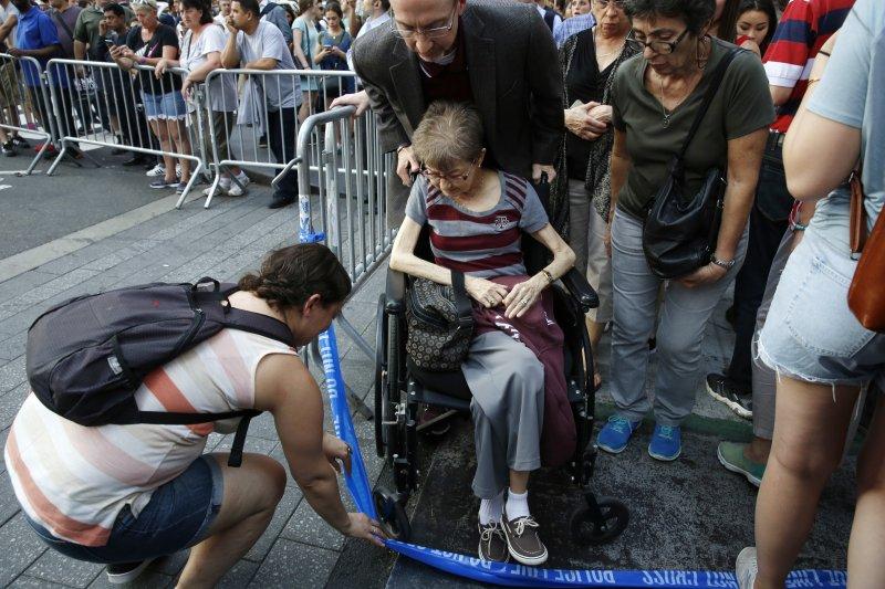 紐約時報廣場18日發生汽車衝撞行人事件,造成1人死亡、22人受傷。(美聯社)