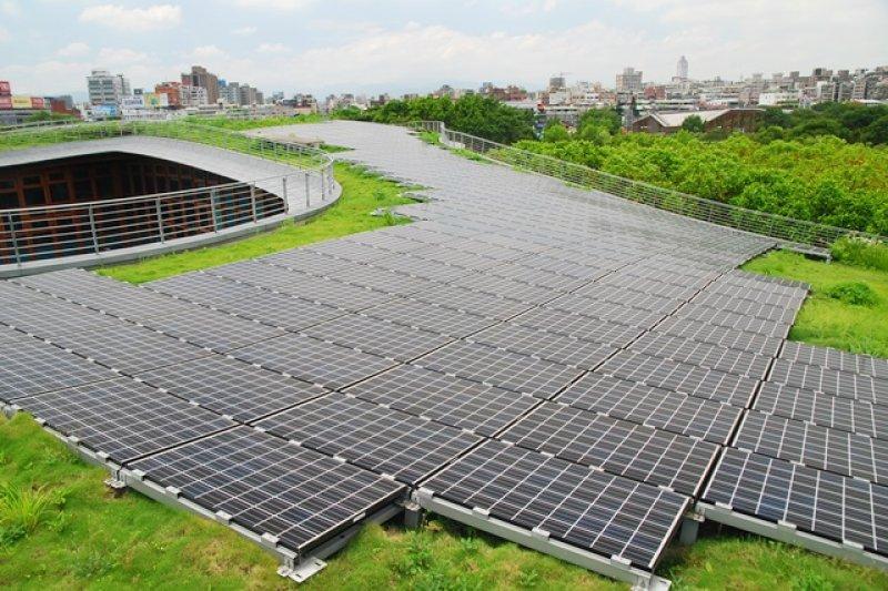 經濟部標檢局為推動綠能認證機制,已在今年4月成立國家再生能源憑證中心籌備處,並於5月19日發出首批憑證,北市府為此批唯一獲得憑證的政府機關。圖為花博園區太陽能板。(取自北市府網站)