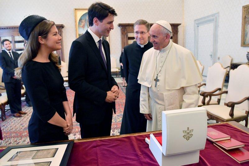 加拿大總理杜魯道偕同妻子與教宗會面,邀請教宗為天主教文化滅絕原住民族道歉。(美聯社)