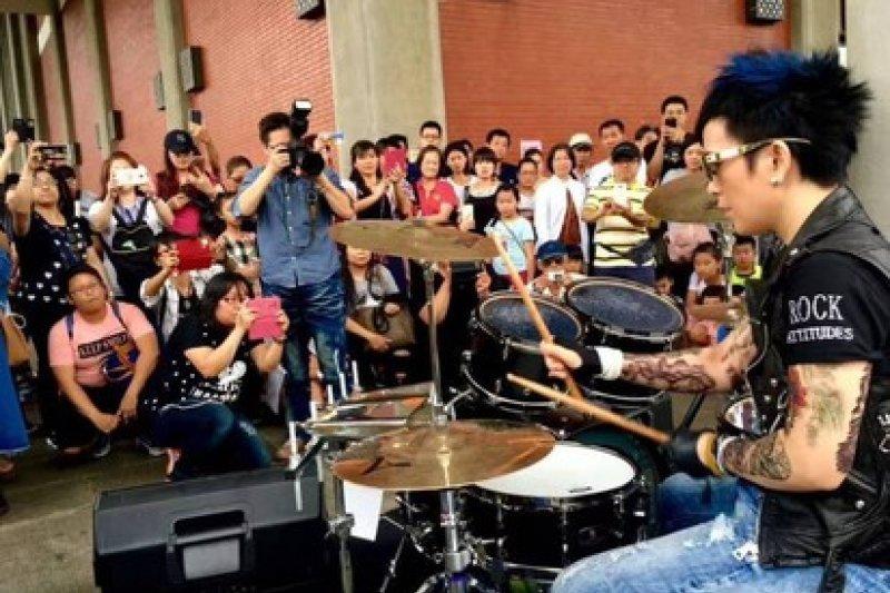 日前台北市辦理街頭藝人資格審議考試,卻鬧出評審頻頻打斷表演的爭議,甚至歌手潘美辰表演打鼓,都被以「分貝過大」為由要求暫停。(資料照,取自潘美辰微博)
