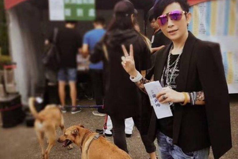 日前台北市辦理街頭藝人資格審議考試,卻鬧出評審委員頻頻打斷表演的爭議,甚至歌手潘美辰表演打鼓,都被以「分貝過大」為由要求暫停,最終以落選收場。(資料照 取自潘美辰微博)