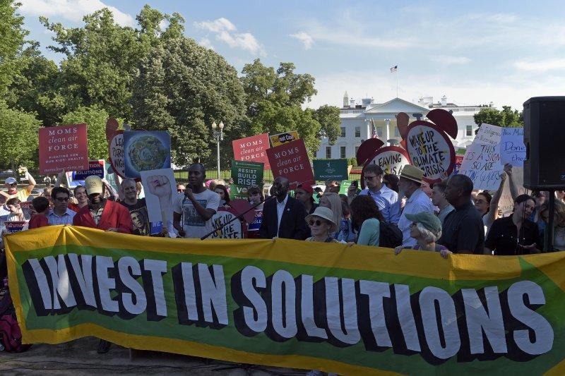 白宮外聚集抗議川普退出《巴黎協定》的民眾。(美聯社)