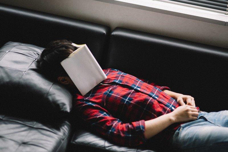 睡眠時數越長,清醒時就會越提不起勁。(圖/pakutaso)