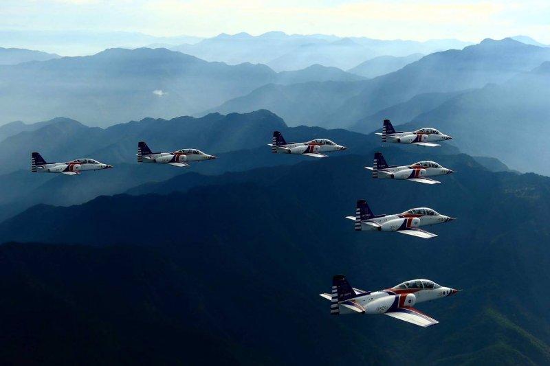 「『我們移不了山』這句話綜合出美國陸軍對於派兵進入波士尼亞和科索沃的初步反應。但是情況證明,只要我們掌握空中優勢,陸軍不是不能移山。」(圖為空軍雷虎小組4。資料照)