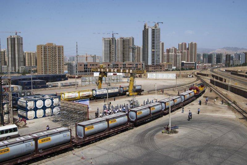 新疆首次通過中歐班列整車向歐洲出口液體化學品(新華社)