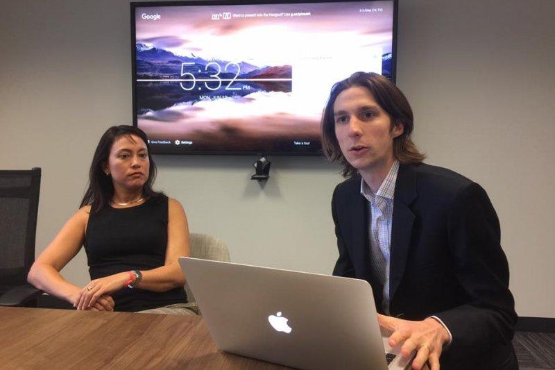 美國社群媒體Reddit公關主任索爾諾(左)與法務顧問考克斯(簡恒宇攝)