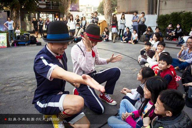 2017-06-11-紅鼻子馬戲團於華山文創園區表演02-街頭藝人專題配圖-紅鼻子馬戲團提供