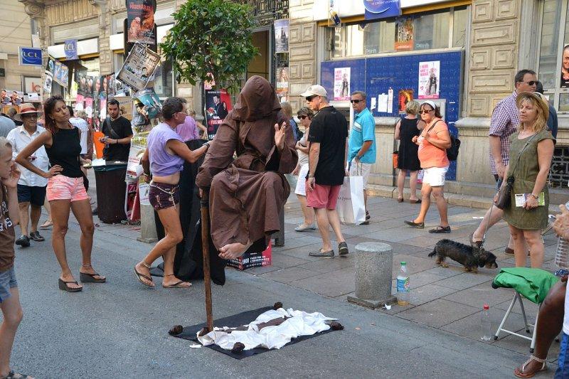 2017-06-12-法國亞維儂藝術節的街頭藝人-Marianne Casamance@wikimedia-CC BY 4.0