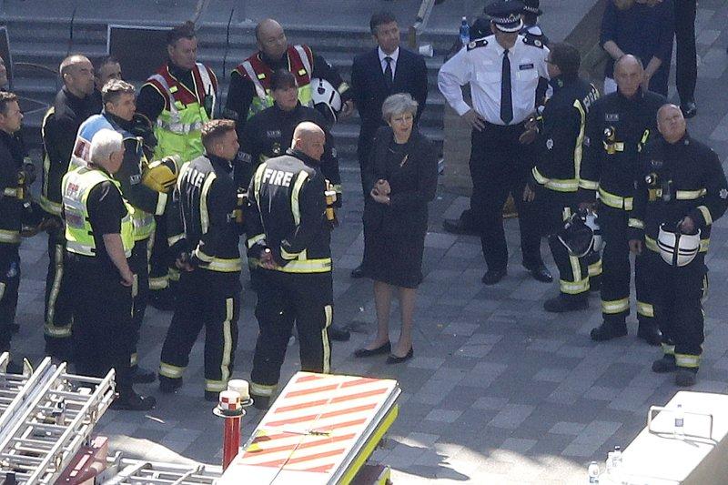梅伊巡視倫敦火災現場卻不見災民被罵翻。(美聯社)