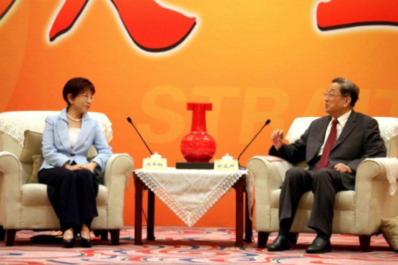 國民黨主席洪秀柱(左)今(17)日赴廈門出席第9屆海峽論壇,並會見中共中央政治局常委、政協主席俞正聲。(國民黨文傳會提供)