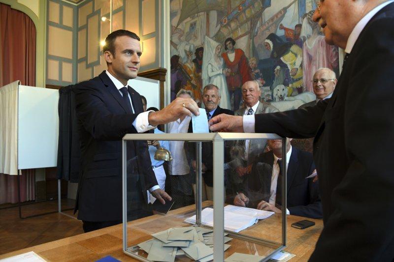 法國國民議會第2輪投票登場,法國總統馬克宏投下神聖一票(AP)