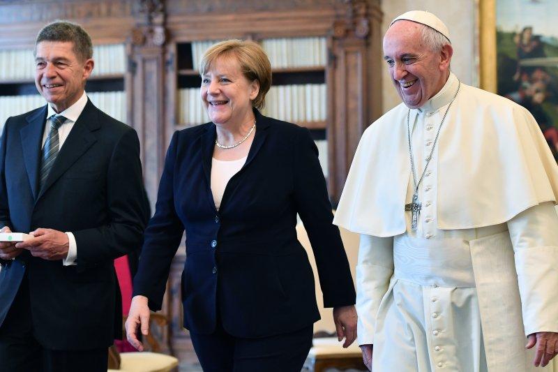 2017年6月17日,天主教教宗方濟各會見德國總理梅克爾與她的夫婿紹爾(Joachim Sauer)(AP)