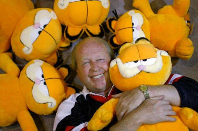 《加菲貓》作者吉姆.戴維斯開心抱著加菲貓玩偶(AP)