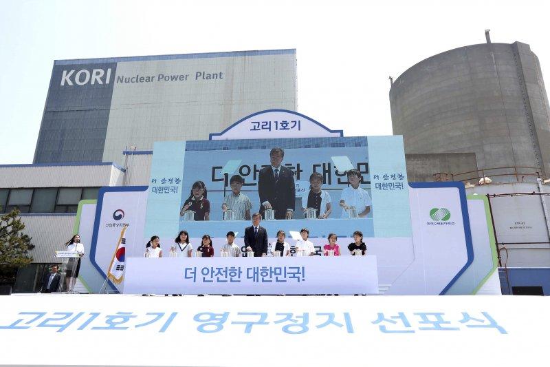 南韓總統文在寅在古里核電廠與小朋友一同參加一號機的停機儀式。(美聯社)