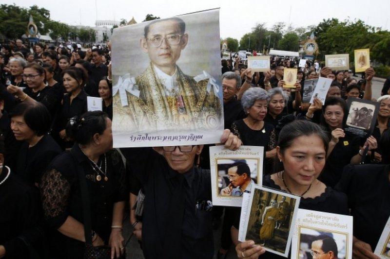 去年去世的蒲美蓬國王在泰國人心目中地位崇高。(BBC中文網)