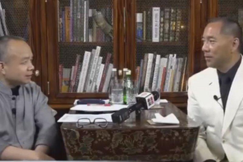 郭文貴(左)接受明鏡網電視專訪(美國之音)