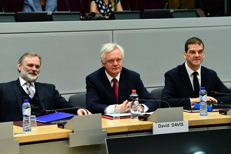 英國脫歐事務大臣戴維斯(中)與英國駐歐盟大使巴羅爵士(左)19日出席脫歐談判(AP)