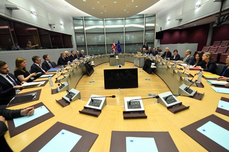 英國脫歐談判代表(左排)與歐盟的脫歐談判代表(右排)(美聯社)