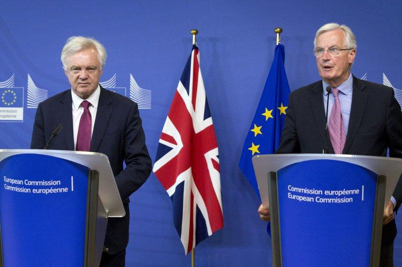 歐盟的首席談判代表巴尼耶(右)與英國脫歐事務大臣戴維斯19日在布魯塞爾,準備開始脫歐談判(AP)