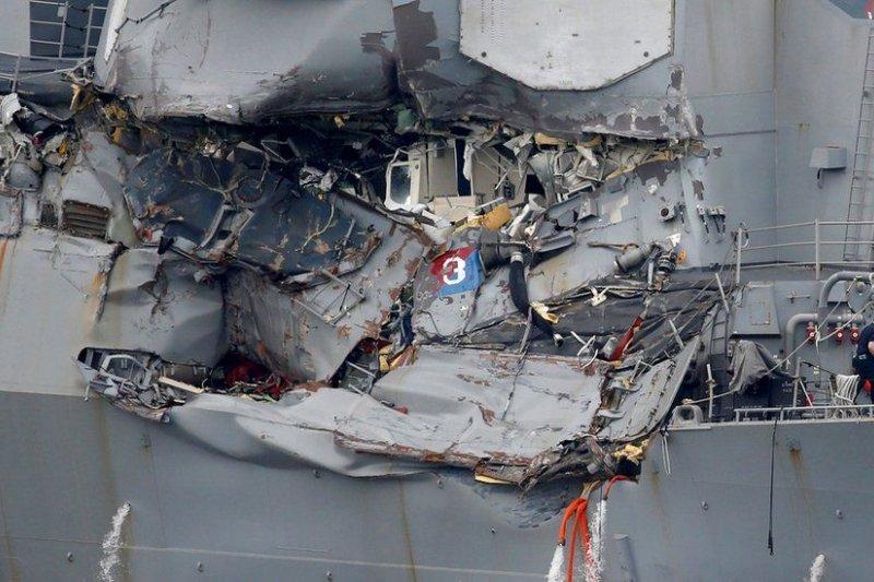 費茲傑羅號右舷被撞出一個大洞。(BBC中文網)