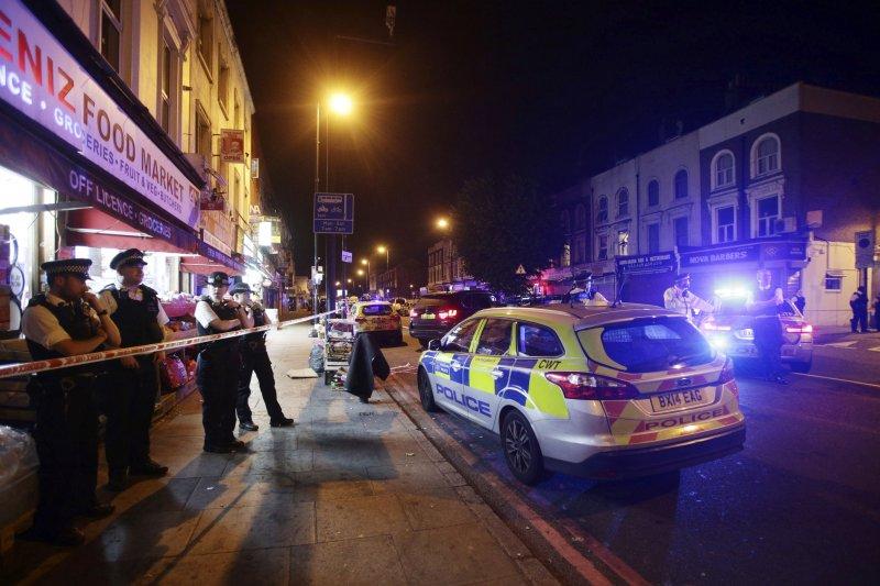 2017年6月19日凌晨,英國倫敦芬斯伯里公園區一座清真寺外發生歹徒駕車撞行人事件(AP)