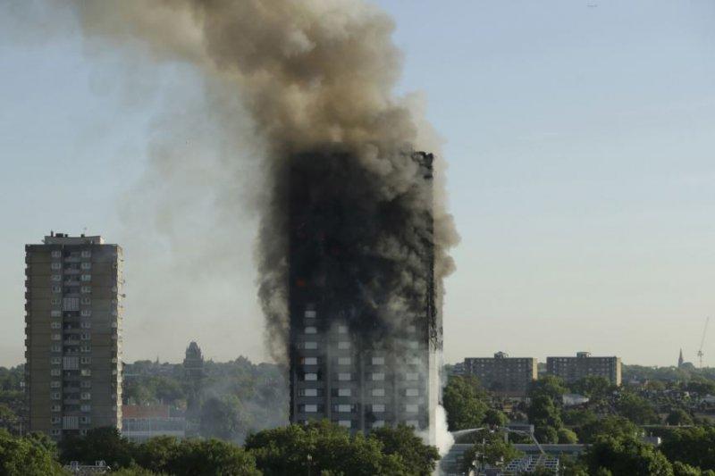 2017年6月14日,倫敦的格蘭菲塔起火。(美國之音)