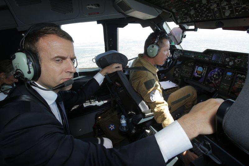 法國總統馬克宏參觀巴黎空展(Paris Air Show),登上一架Airbus A400M運輸機(AP)