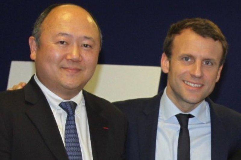 法國第一位本土華裔國民議會議員陳文雄與馬克宏總統合影(陳文雄 Twitter)