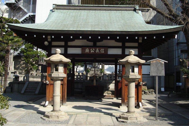 京都本能寺內的信長公廟。(PlusMinus@Wikipedia/CC BY-SA 3.0)