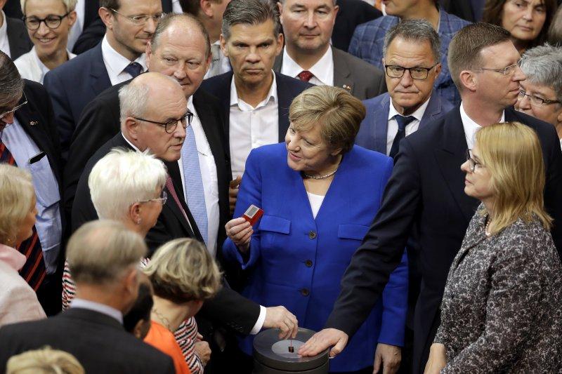 2017年6月30日,德國國會下議院「聯邦議院」表決通過同性婚姻合法化法,但總理梅克爾投下反對票。(AP)