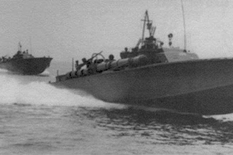 美國前總統約翰甘迺迪在二戰期間,服役的PT-109魚雷艇遭日艦擊沈,船員不得不游到附近一座小島,直到獲救為止甘迺迪等數名船員在生活條件極度匱乏下生活了7天。(同型艦,取自維基百科)