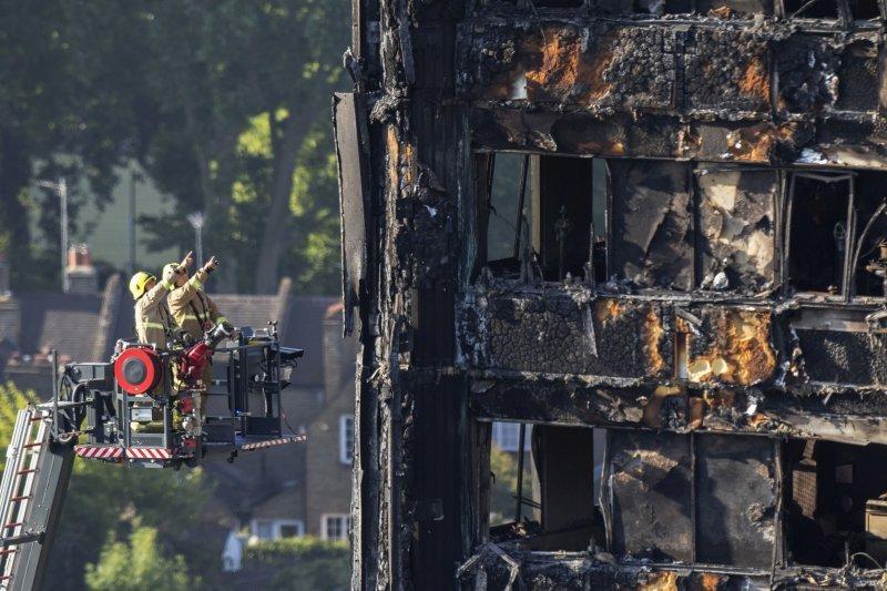 英國倫敦西部高級住宅區,24層樓高的格倫費爾大樓在6月14日驚傳火警,一小時內大樓就被烈火吞噬,大樓本體存了了三大致命缺陷。(AP)