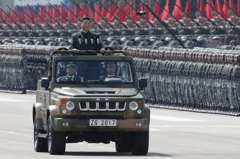 「如何獨立冷靜的思考在軍事與政治各方面,應對中共各種方面的威脅,而不是遠來的和尚會念經。可能是下一個世代自稱天然獨的台灣人,最需要探討的課題吧?」圖為中共中央總書記、國家主席、中央軍委主席習近平視察中國人民解放軍部隊。(美聯社)