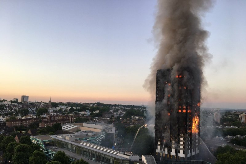 24層樓高的格倫費爾大樓在6月14日驚傳火警,英國官方所教導的「指示居民待在原地」不該被簡化成關門避難。(Natalie Oxford@Wikipedia / CC BY 4.0)