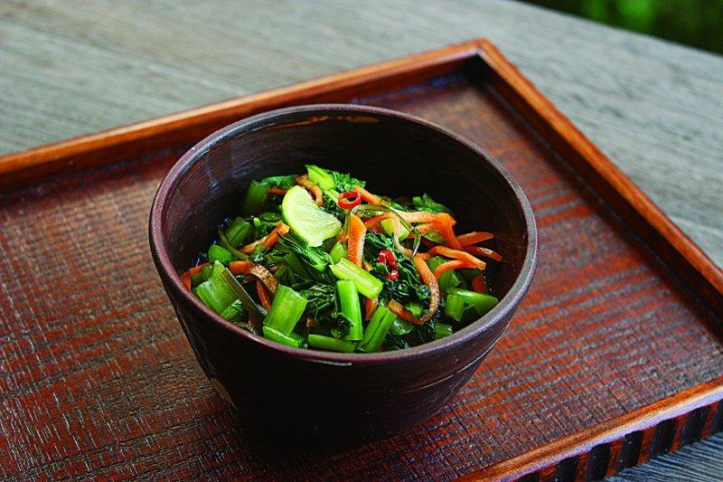 將浸漬小松菜事先做好,隨時都方便享用。(圖/凱特文化提供)