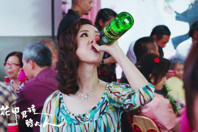 謝盈萱在《花甲男孩轉大人》中揣摩檳榔西施的心境,演繹檳榔西施的愛情觀,徹底演活了底層小人物的日常。