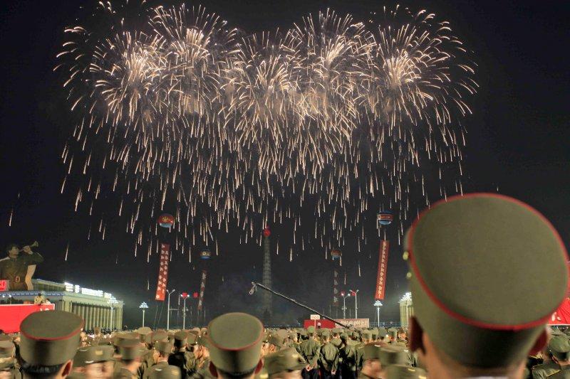 金正恩為慶賀洲際彈道飛彈發射成功,6日在平壤的金日成廣場舉行慶祝大會。(美聯社)