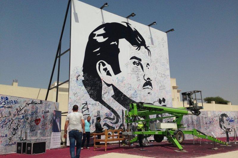 卡達人民在一張繪有卡達元首塔米姆的海報上簽名以示支持。(美聯社)