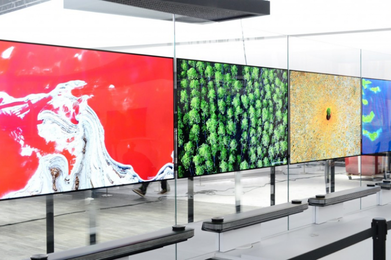 同時減少了電視的背光模組,並且將喇叭改為分離式設計,OLED TV確實能像牆紙般輕薄(圖 / 擷取自LG Newsroom)