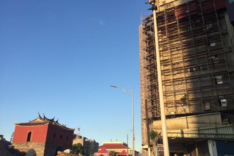 北門忠孝西路一段一處8樓因外推RC違建向外凸出於建築物,有礙觀瞻,市府開拆。(臺北市建築管理工程處提供)