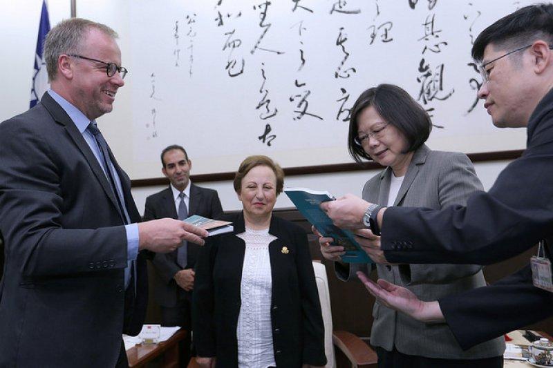 總統蔡英文接見無國界記者組織訪問團及諾貝爾獎得主伊朗籍律師希琳.伊巴迪(Shirin Ebadi),並於會後相互贈禮。(總統府提供)