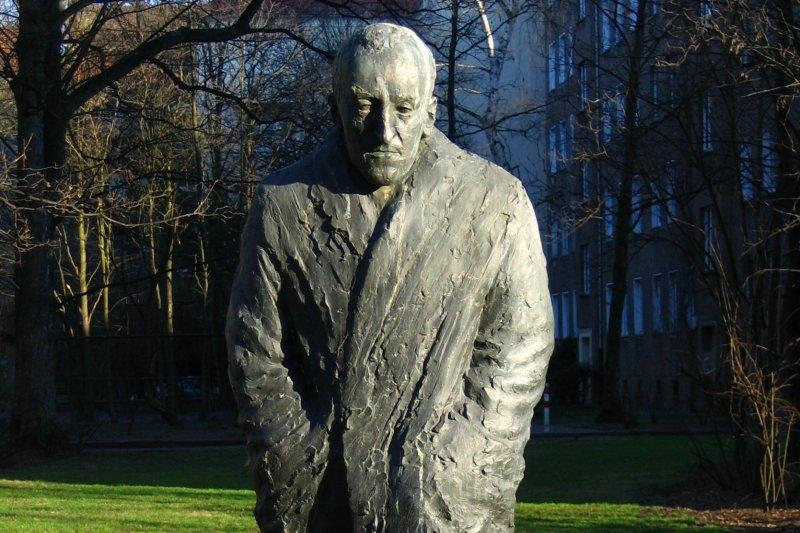 德國和平主義者奧西茨基(Carl von Ossietzky)雕像(@Wikipedia / )