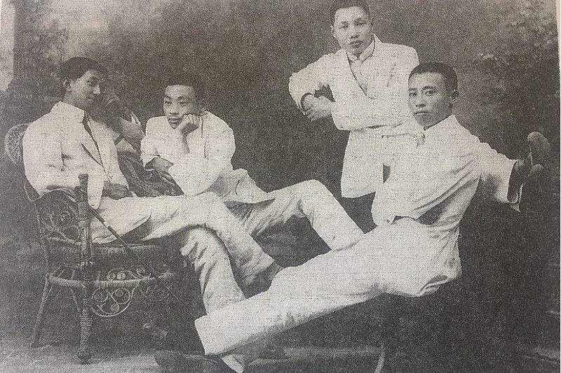 「在殖民地台灣最能具體反映時代精神(Zeitgeist) 的代表性作家即是台灣新文學之父賴和。」圖為賴和(右二)、和翁俊明(右一)、王兆培(右四)合照,三人是醫學校第十三屆學生,翁、王兩人後加入台灣總督府醫學校「復原會」,賴和也曾涉及其中。(允晨文化提供)