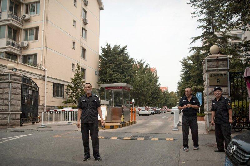 劉霞在北京的寓所被國保嚴密看守,前往的媒體都被阻止拍攝。(美聯社)