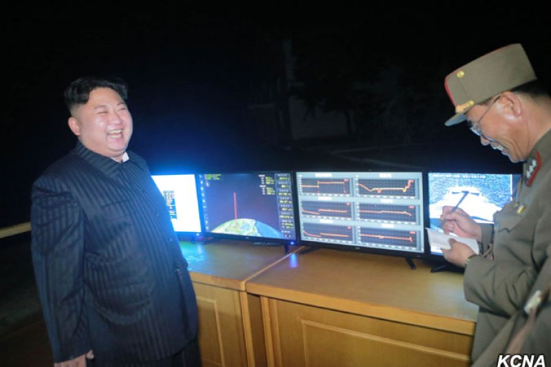 北韓28日試射「火星-14型」洲際彈道飛彈,金正恩親自到場觀看。(朝中社)