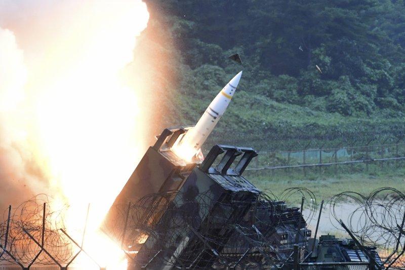 北韓28日深夜發射飛彈後,南韓國防部29日也發布照片,證實29日美韓進行聯合演習,同樣也發射飛彈作為反制。(美聯社)